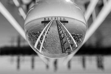 Steiger bij monument op de Afsluitdijk von Tiny Hoving-Brands