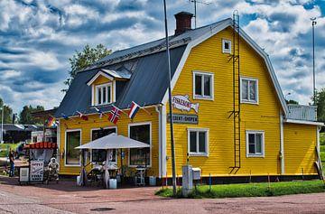 Typisch geel huisje in Zweden van Mirjam Van Houten