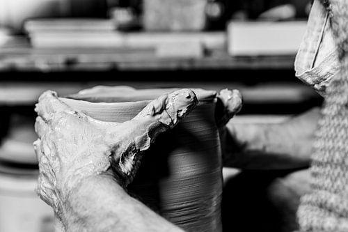 Pottenbakker/keramist  (ambacht in close-up)