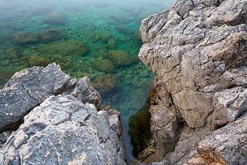 Côte de la mer Adriatique près de la ville de Krk en Croatie