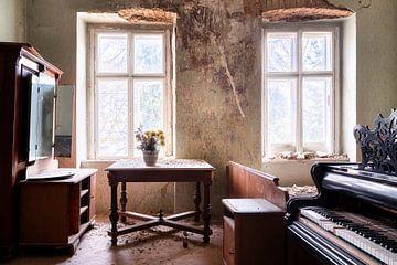 Verlassener Raum mit Klavier. von Roman Robroek