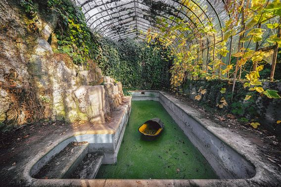 Een verlaten urbex kasteel met een prachtige orangerie en zwembad