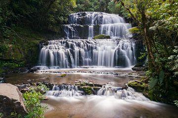 Purakaunui Falls in Nieuw-Zeeland van Linda Schouw