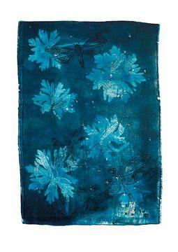 Botanische Pflanzen und Insekten drucken Geranien und Libelle Blau. von Angela Peters