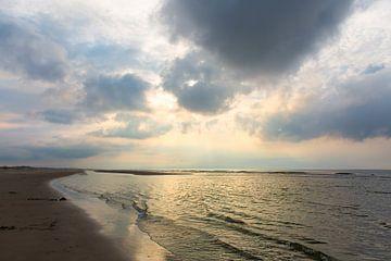 Zonsondergang aan het Noordzeestrand op Terschelling. von Evert Jan Kip