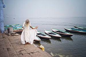 Een Sadu bij rivier de Ganges, India van