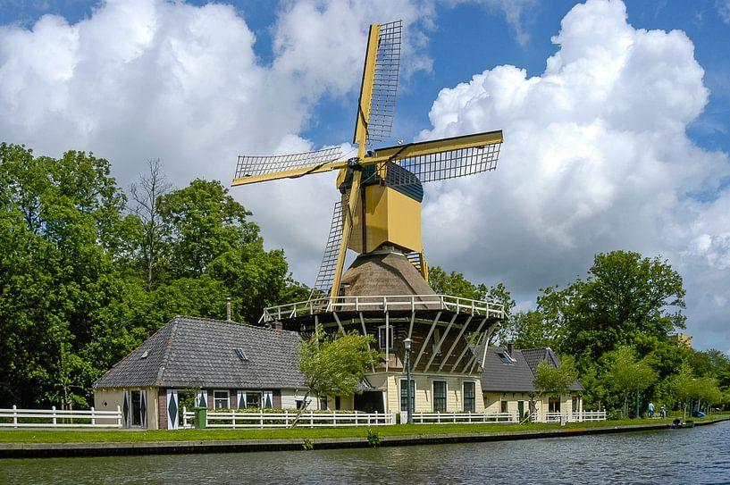 oude windmolen Het Haantje met wolkenlucht, Weesp van Martin Stevens