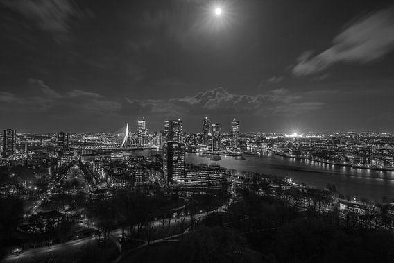 Het uitzicht op Rotterdam-Zuid met de verlichte De Kuip van MS Fotografie