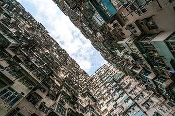 Dichte bebouwing in Hong Kong met lucht van Mickéle Godderis