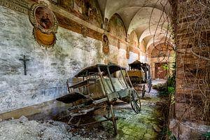 Verlassene Kutschen in der Verlassenen Kirche von Beyond Time Photography
