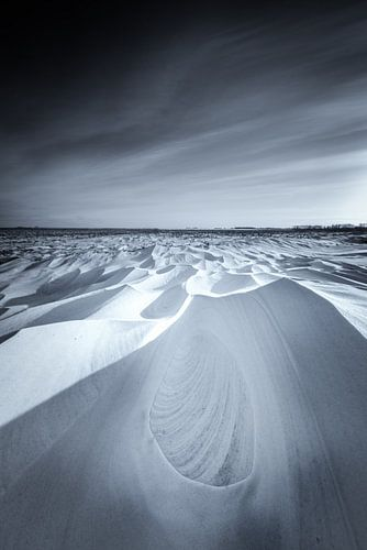 Sneeuwduinen in het Nationaal park Lauwersmeer in Groningen na een sneeuwstorm in zwart wit. De mooi
