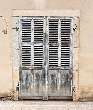 Alte Jalousietüren in Frankreich von Gijs de Kruijf