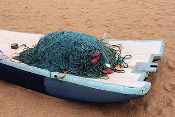 Visnetten in bootje van Inge Hogenbijl