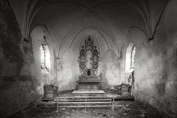 Verlassene und baufällige Kapelle in schwarz-weiß von Frans Nijland