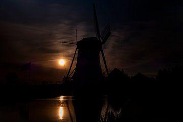 Puur Nederland. Silhouet van een molen bij zonsondergang. van GiPanini