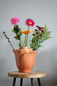 Vase mit Wildblumen auf einem Hocker (Stillleben) von Michel Geluk