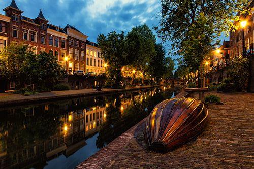 Bootje op de werf van de Oudegracht in Utrecht in de avond (kleur) van