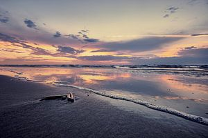 Sfeervolle kustlijn bij de avondzon