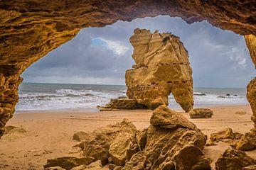 Foto von Strand mit Felsen in Portugal (Praia da Rocca) von Fred Leeflang
