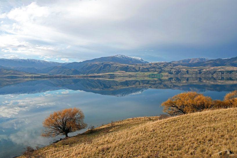 Weerspiegeling in Lake Aviemore in Nieuw Zeeland van Aagje de Jong