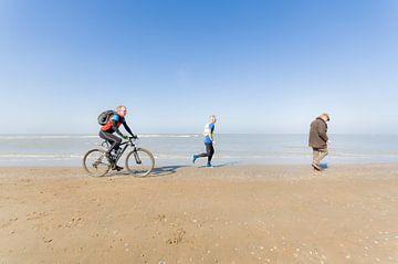 Fietser, hardloper en jutter aan het strand van Tony Buijse