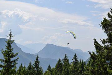 Gleitschirm in den Bergen von Celyn Vries