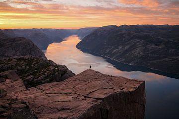Mann am Preikestolen in Norwegen von Adalbert Dragon Dragon