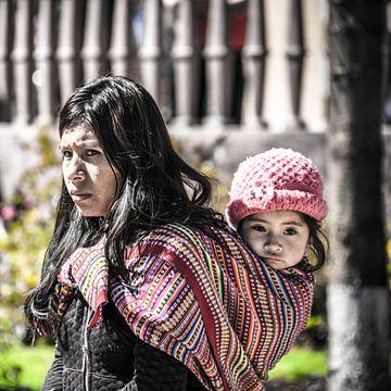 Vrouw met kind in Peru van Rob Bleijenberg