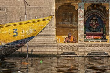Portret van niet-geïdentificeerde Sadhu mediteren bij een tempel van Tjeerd Kruse