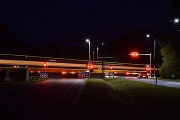 met snel trein vaart door de nacht van Jos Broersen