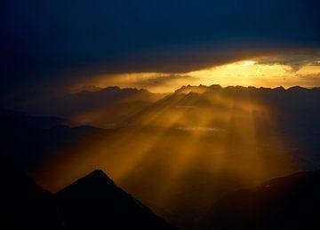 Epischer Sonnenuntergang in den französischen Alpen von Bram Berkien