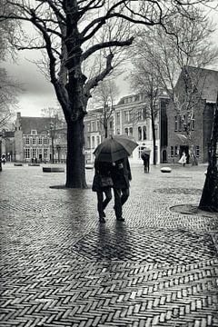 Straatfotografie in Utrecht. Met de paraplu door de regen op het Domplein in Utrecht. (Utrecht2019@4 van