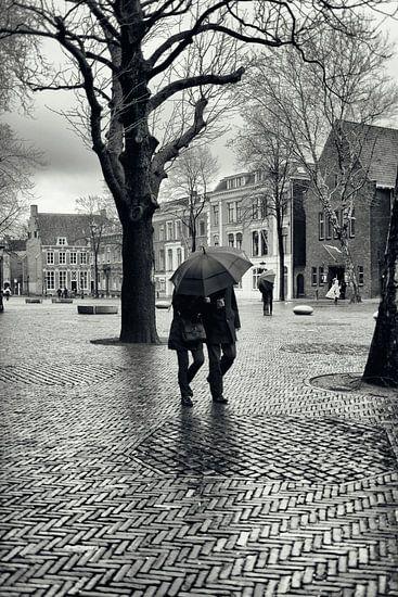 Straatfotografie in Utrecht. Met de paraplu door de regen op het Domplein in Utrecht. (Utrecht2019@4 van De Utrechtse Grachten