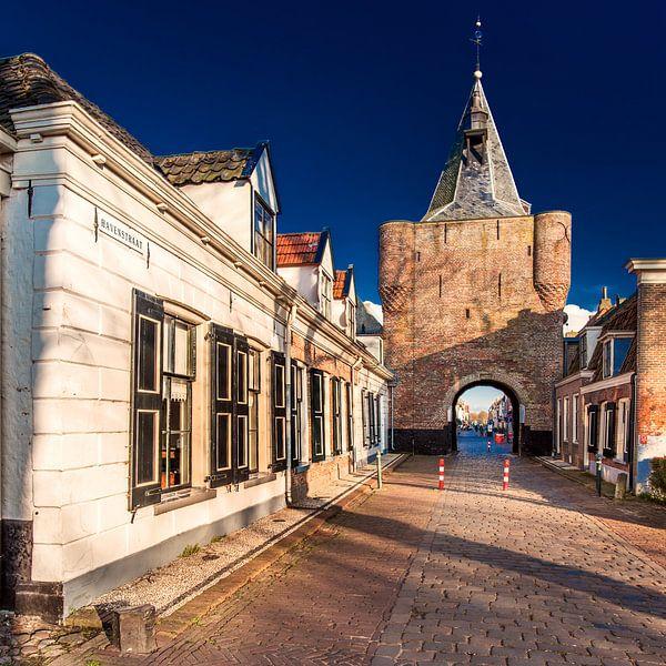 Centrale entreepoort van het voormalige Zuyderzeestadje Elburg van Harrie Muis