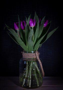 Tulpen met vaas in het donker van Marjon Boerman