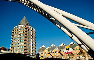 Potloodgebouw, kubuswoningen en station Blaak in Rotterdam van Thomas Poots