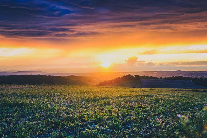 Uitzicht over de Rhônevallei  tijdens  bijzondere zonsondergang van Fotografiecor .nl