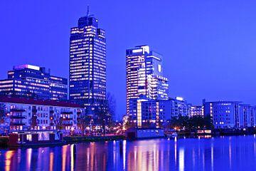 Skyline van Amsterdam in Nederland met zonsondergang van Nisangha Masselink