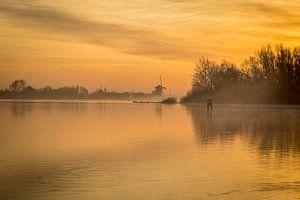 Gouden ochtend bij zonsopkomst aan het meer van