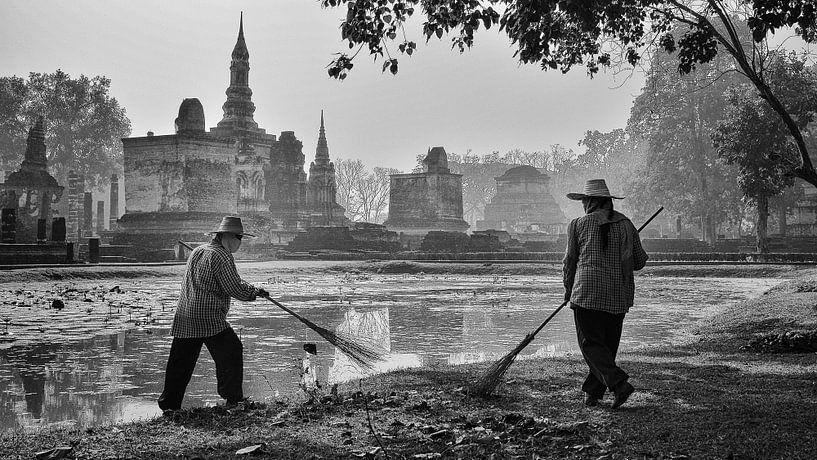 Tuinmannen vegen bladeren, Sukhothai (Thailand) van Nick Hartemink