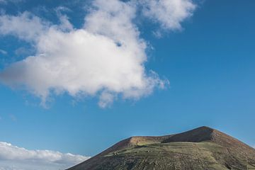 Vulkaan en kegel op het vulkanische eiland Lanzarote, een van de Canarische Eilanden van Spanje von Harrie Muis