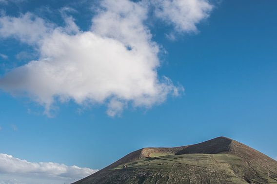 Vulkaan en kegel op het vulkanische eiland Lanzarote, een van de Canarische Eilanden van Spanje van Harrie Muis
