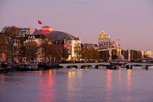 Zicht op de Amstel in Amsterdam met Carre en de Magere Brug