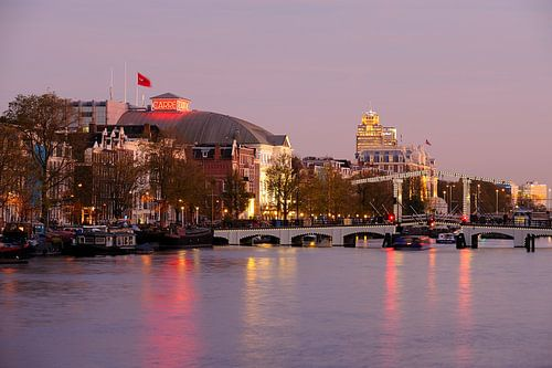 Zicht op de Amstel in Amsterdam met Carre en de Magere Brug van Merijn van der Vliet
