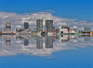 Almere skyline gespiegeld.
