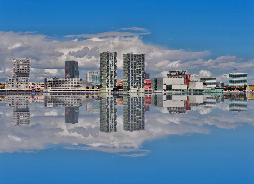 Almere Stad  skyline gespiegeld. van Brian Morgan