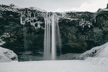 Wasserfall im isländischen Winter von Sophia Eerden