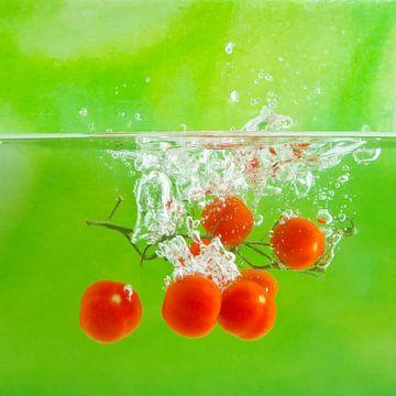 Splash van cherry-tomaatjes van