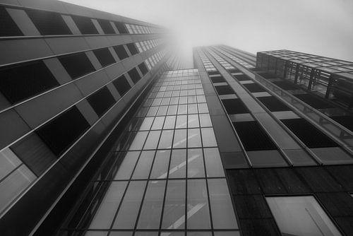 Maastoren Rotterdam in de mist van