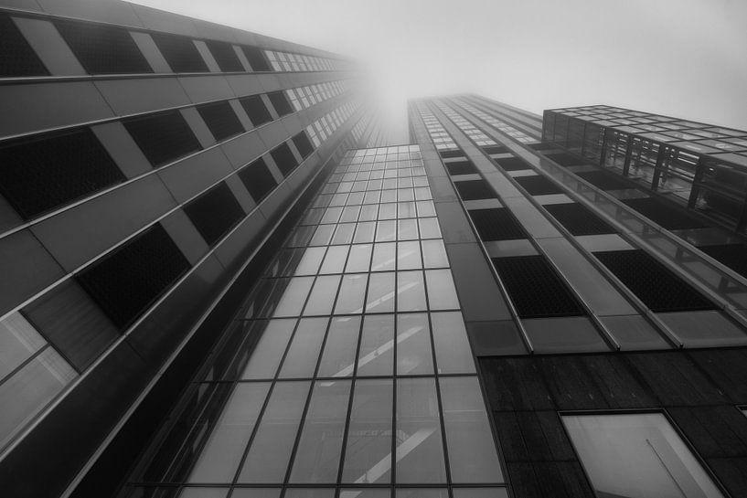 Maastoren Rotterdam in de mist van Ilya Korzelius